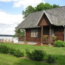 31-8-ietis namukas ant ezero kranto