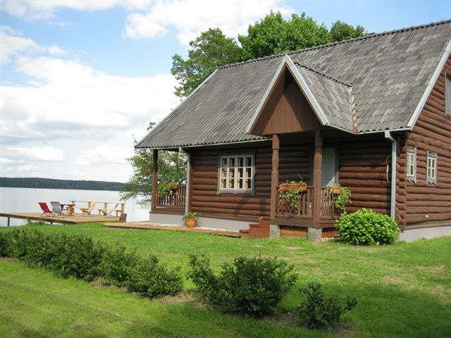 8-ietis namukas ant ezero kranto